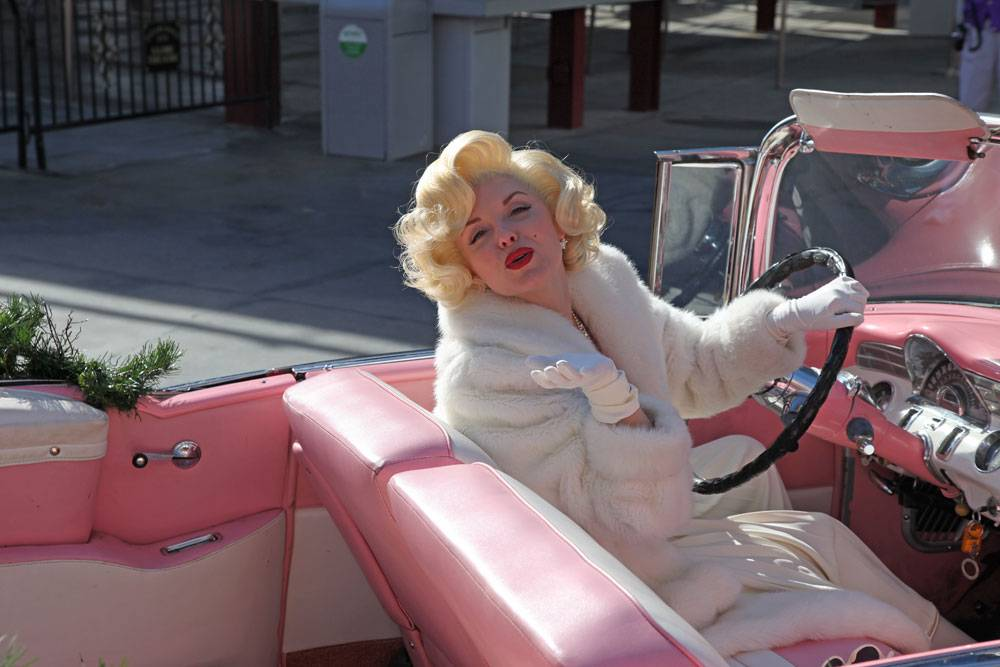 93346-marilyn-monroe-in-roze-auto